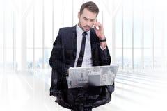 商人的综合图象使用膝上型计算机的,当打电话时 库存照片