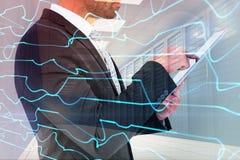商人的综合图象使用他的片剂个人计算机的 库存照片