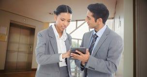 商人的综合图象谈论在数字式片剂 免版税库存图片
