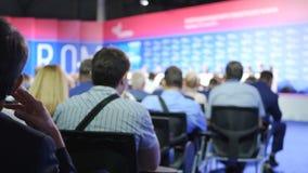 商人研讨会会议会议办公室训练概念 妇女举行讲话对在的观众 影视素材