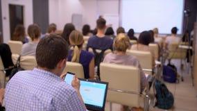 商人研讨会会议会议办公室训练,事务 蓝色衬衣的人使用膝上型计算机 演讲人知道 股票录像
