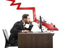 商人神色他的公司否定报告  一个红色箭头打破屏幕 免版税图库摄影