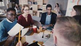 商人突发的灵感在办公室会议上 谈愉快的创造性的多种族销售机构的职员微笑和4K 股票录像