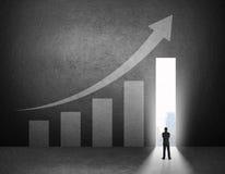商人立场剪影在成长曲线图前面的 免版税库存图片