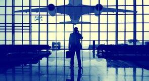 商人等待常设单独旅行Conce的机场终端 免版税库存图片