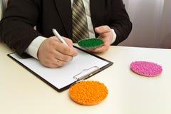 商人签产业的塑料粒子供应的一个合同 在粒子的塑料原材料 聚合物,塑料 免版税库存图片
