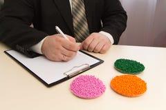 商人签产业的塑料粒子供应的一个合同 在粒子的塑料原材料 聚合物,塑料 免版税图库摄影