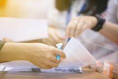商人签财政合同一个正式文件 库存图片
