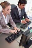 商人纵向与计算机一起使用 免版税库存图片