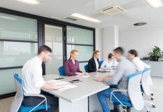 商人编组输入的会议室,行动迷离 图库摄影