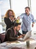 商人耍笑在证券交易经纪人行情室在办公室 免版税库存照片