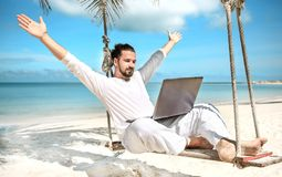 商人自由职业者在与膝上型计算机的海滩 库存照片