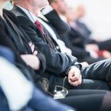商人行坐在研讨会的 免版税库存照片