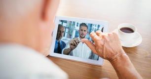 商人视讯会议的播种的图象与伙伴的片剂个人计算机的 库存图片