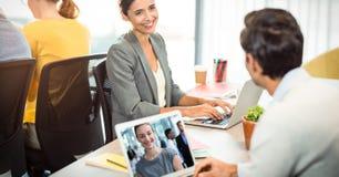 商人视讯会议,当看执行委员在办公室时 图库摄影