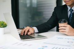 商人计划和分析投资营销数据 库存照片