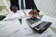 商人计算的发货票 免版税库存照片
