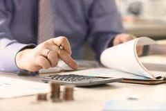 商人计算资金税报告概念 免版税图库摄影