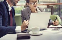 商人讨论膝上型计算机技术统一性Concep 免版税库存图片