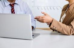 商人讨论,两谈论确信的执行委员a 免版税库存图片