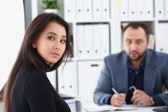 商人让一名讨论妇女接受采访经理希望得到新的工作 免版税库存照片