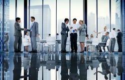 商人证券交易经纪人行情室会议握手通信Conce 免版税图库摄影