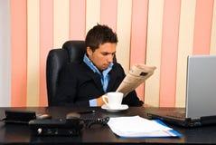 商人读取新闻 免版税库存照片