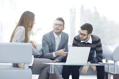 商人谈论与企业一个新的企业项目的队想法 免版税库存图片