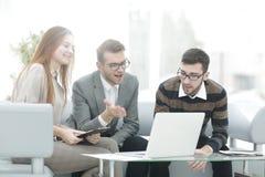 商人谈论与企业一个新的企业项目的队想法 库存图片