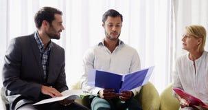 商人谈论与他的在文件的工友