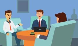 商人谈论和与坐在沙发的膝上型计算机一起使用 免版税库存图片