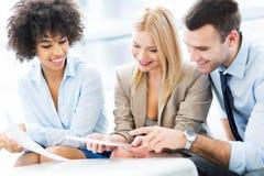 年轻商人谈论在办公室 免版税库存图片