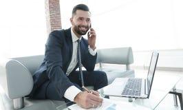 商人谈论在智能手机,企业问题 库存图片