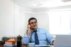 商人谈论在电话的一个成功的成交 库存照片