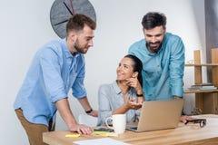 商人谈论新的项目在工作场所在办公室 库存图片