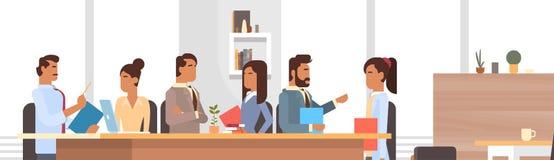 商人谈论的小组会议工作激发灵感的办公桌买卖人 库存图片