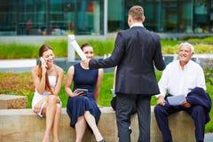商人谈话与企业队户外 库存图片