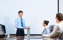 商人谈话与同事 免版税库存图片