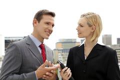 商人谈话与女实业家户外 免版税库存图片