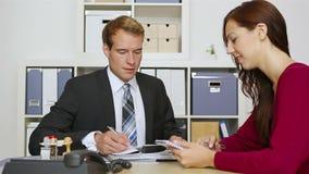 商人谈话与客户在会议 股票录像