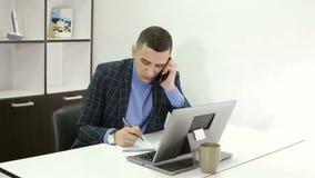 年轻商人谈话与客户在办公室 影视素材