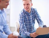 商人谈话在会议在办公室 免版税库存图片