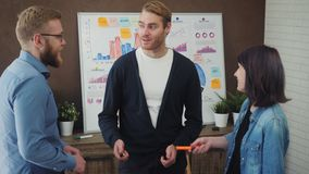 商人谈话在会议期间在办公室 影视素材