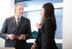 商人谈话在会议期间 免版税库存图片