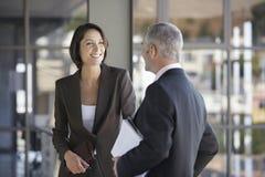 商人谈话在办公室 免版税图库摄影