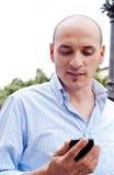 商人谈话在手机户外 库存图片