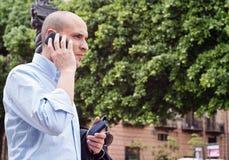 商人谈话在手机户外 免版税库存照片