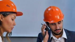 商人谈话在收音机,当开会议在办公室时 免版税库存照片