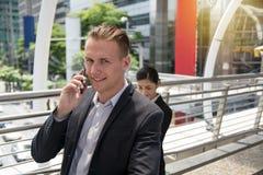 商人谈话在智能手机 免版税库存照片