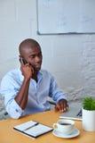 商人谈话在有客户的电话 免版税库存照片
